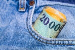 Készpénzben vagy folyószámlára kapott jövdelem között, mi a különbség?